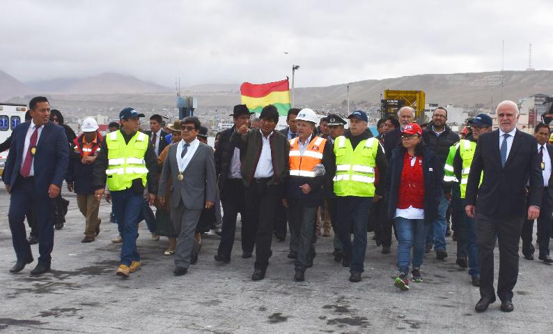 Morales llega a Ilo y recibe explicaciones sobre facilidades portuarias para la carga boliviana
