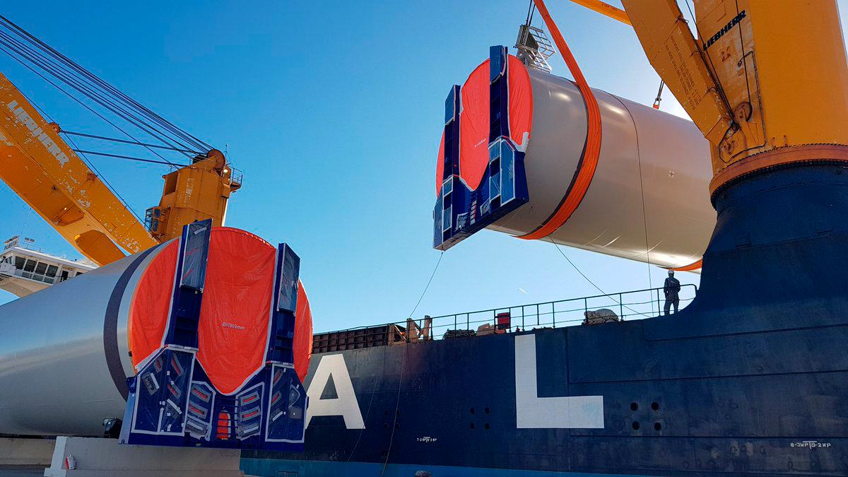 Barcazas trasladan torres eólicas para Santa Cruz